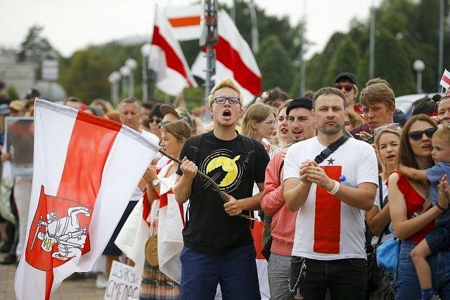 Demonstrace v Bělorusku. Přes 200 tisíc lidí ve městech protestuje proti výsledku prezidentských voleb, ve kterým měl s drtivou většinou vyhrát Alexandr Lukašenko.