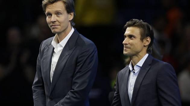 Tenisté Tomáš Berdych z ČR a David Ferrer ze Španělska (zleva) na ceremoniálu pro bývalé hráče během Turnaje mistrů v Londýně.