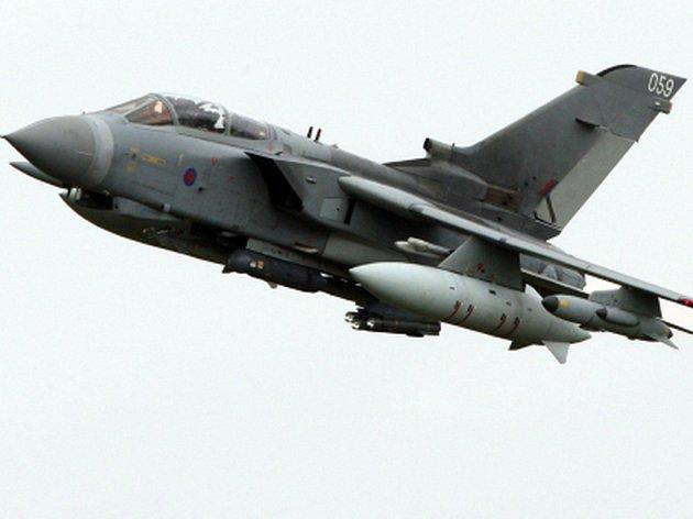 Britskému bojovému letounu typu Tornado dnes při přistání na základně na Kypru spadly na runway dvě rakety, které měl umístěné pod křídly.