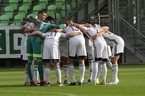 Fotbalisté Karviné před zahájením zápasu.