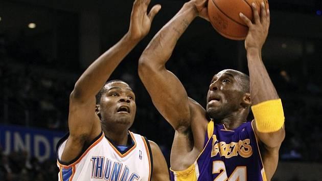 Rozehrávač Lakers Kobe Bryant (vpravo) ve vzdušném souboji s Kevinem Durantem z týmu Oklahoma City Thunder.