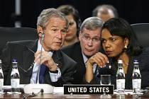 Americký prezident Bush, poradce pro otázky národní bezpečnosti Stephen Hadley a ministryně zahraničí Condoleezza Riceová mají v Bukurešti dost starostí.