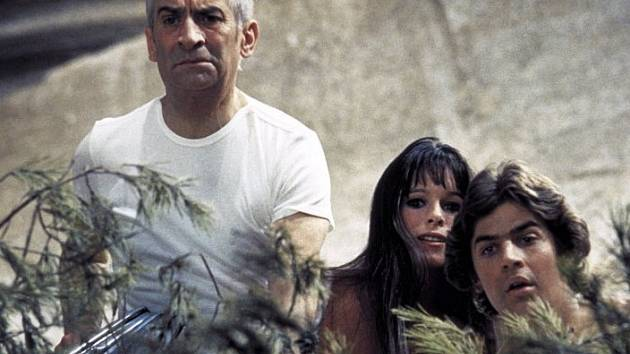 NA STROMĚ. Louis de Funès, Geraldine Chaplinová a Olivier de Funès ve filmu, který v sobotu uvede Česká televize.