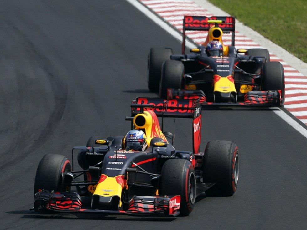 Daniel Ricciardo z Red Bullu před svým stájovým kolegou Maxem Verstappenem.