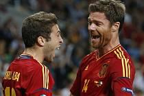 Španělé Jordi Alba (vlevo) a Xabi Alonso se radují z gólu proti Itálii ve finále ME.