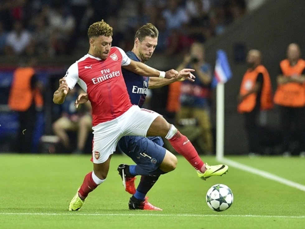Oxlade Chamberlain z Arsenalu (vlevo) proti Paris St. Germain.