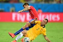 Ivan Franjic z Austrálie (vpravo) si v úvodním zápase proti Chile natrhl stehenní sval a MS pro něj skončilo.