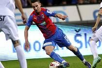 Milan Petržela z Plzně se snaží prosadit proti Hradci Králové.