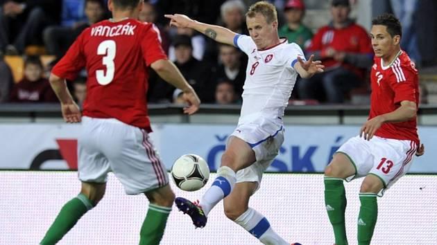 David Limberský (uprostřed) proti Maďarsku.