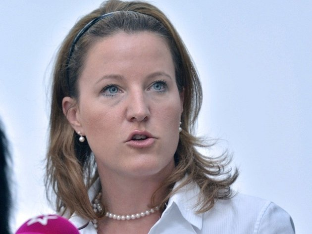 Vicepremiérka Karolína Peake (LIDEM), uvedla, že věří, že po objasnění celé nynější kauzy ze strany státního zastupitelství se politici zachovají tak, aby nebyla narušena důvěra v demokracii a politický systém.
