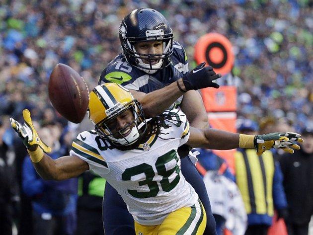 Tramon Williams z Green Bay Packers (vlevo) a Jermaine Kearse ze Seattlu.