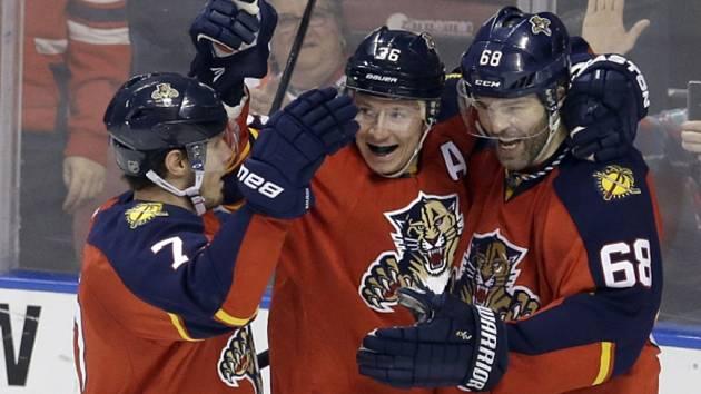 Hokejisté Floridy (zleva) Jussi Jokinen, Dmitrij Kulikov a Jaromír Jágr se radují z gólu proti Winnipegu.