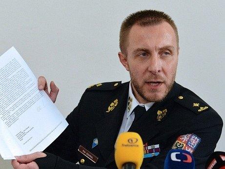 Odvolaný ředitel Vězeňské služby Petr Dohnal vystoupil 7. dubna na tiskové konferenci v Praze. Na snímku ukazuje novinářům své odvolání v listinné podobě.