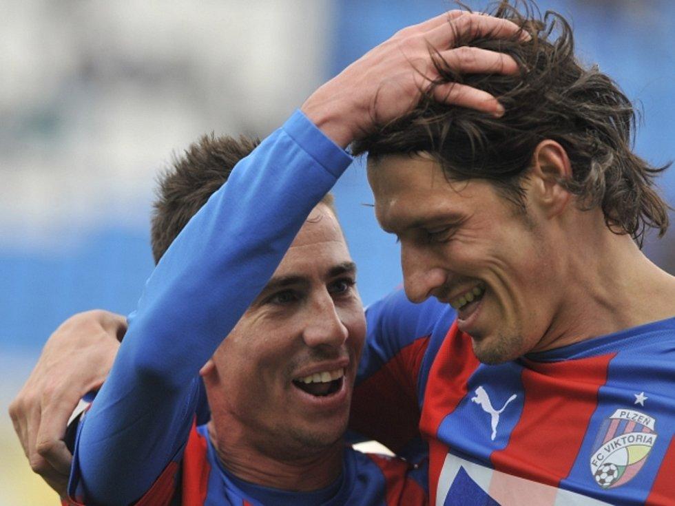 Fotbalisté Plzně Milan Petržela (vlevo) a Marián Čišovský se radují z gólu.