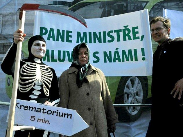 U ministerstva zdravotnictví v Praze se konala demonstrace Národní rady osob se zdravotním postižením, zdravotnických odborů a svazu pacientů proti stanovení navrhovaných limitů pro dostupnost péče.