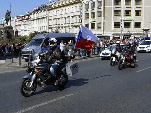 Protestní jízdy proti islámu se 12. září v Praze zúčastnilo podle odhadu policie asi 350 motorkářů. Kolem 13:45 vyjeli ze Strahova směrem do centra. na snímku projíždějí pod Národním muzeem na Václavském náměstí.