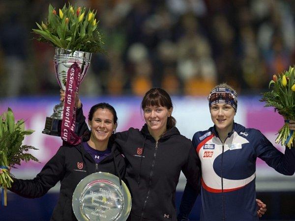 Rychlobruslařka Karolína Erbanová (vpravo) skončila třetí vhodnocení SP na 1000m za vítěznou Heather Richardsonovou (uprostřed) a druhou Brittany Boweovou.