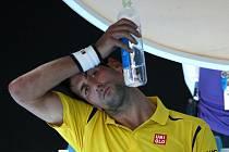 Novak Djokovič dodržuje pitný režim na Australian Open.