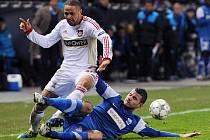 Genk remizoval s Leverkusenem 1:1. Na snímku český záložník Daniel Pudil (v modrém - Genk) ve skluzu proti Sidney Samovi.