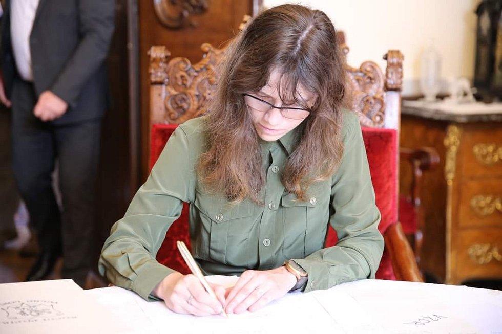 Hana Lipovská při podpisu