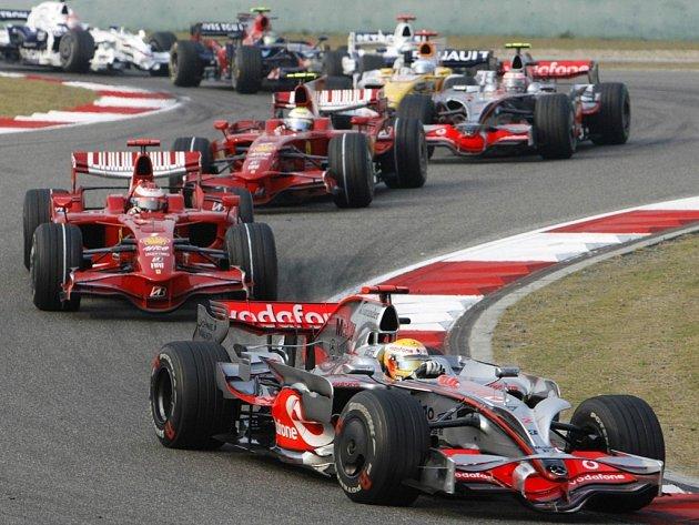 Lewis Hamilton v McLarenu vede po startu Velkou cenu Číny před dvojicí Ferrari Kimi Räikkönen a Felipe Massa.