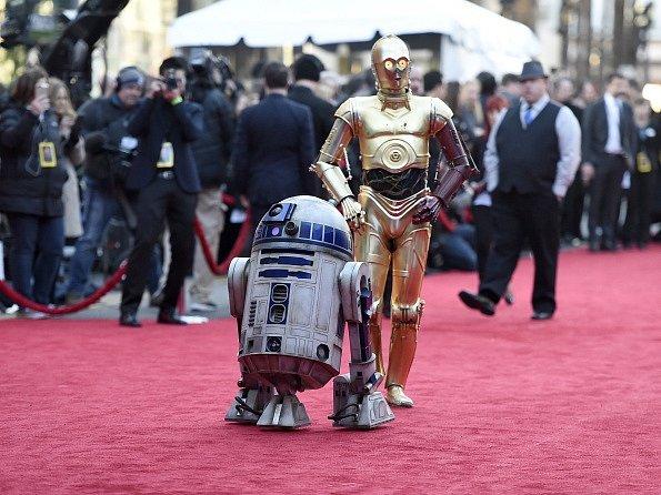 R2-D2 (vlevo) a C-3PO přichází na premiéru snímku Star Wars: Síla se probouzí.