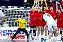 Lucie Satrapová v brance českého týmu při utkání s Černou Horou.