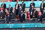 Šéf UEFA Aleksander Čeferin (v dolní řadě vlevo) vedle prince Williama na zápase Anglie s Českem.