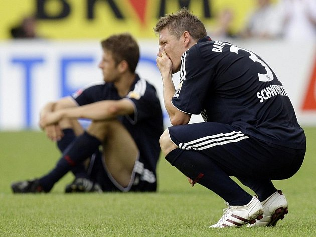 Zklamaní fotbalisté Bayernu Mnichov Bastian Schweinsteiger (vpravo) a Thomas Müller po porážce od Mainzu 05.