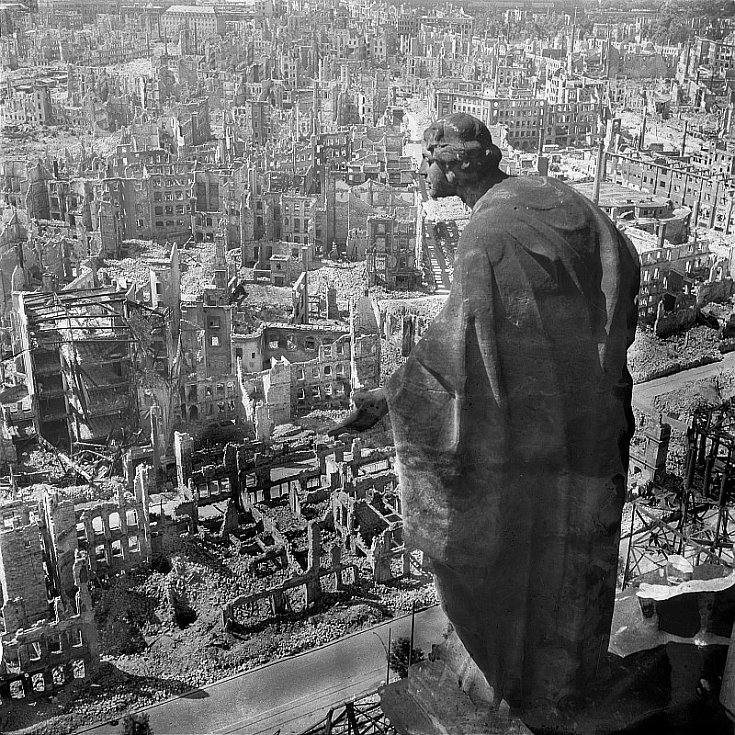 Zřejmě nejslavnější snímek vybombardovaných Drážďan. Pohled na jižní část města byl pořízen z z radniční věže. Sochu Anděla (alegorii Dobra) vytvořil sochař August Schreitmüller. Snímek pořídil fotograf Richard Peter st.