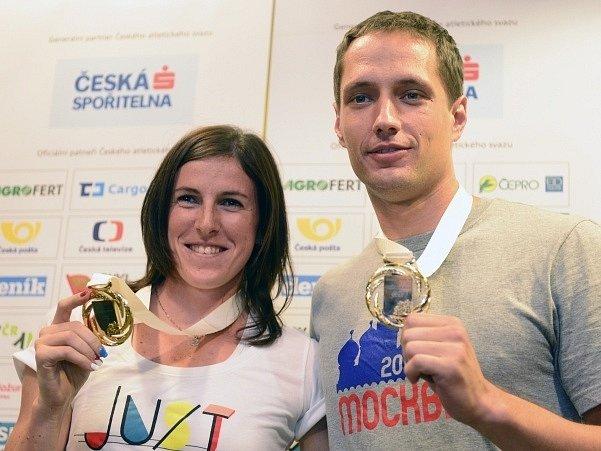 Překážkářka Zuzana Hejnová a oštěpař Vítězslav Veselý ukázali na Letišti Václava Havla v Praze své zlaté medaile z mistrovství světa v atletice v Moskvě.