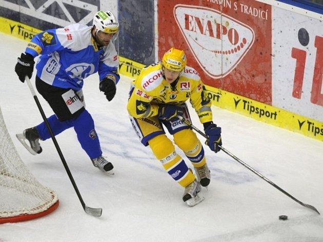 Utkání 11. kola hokejové extraligy PSG Zlín - HC Škoda Plzeň hrané 10. října ve Zlíně. Filip Čech (vpravo) ze Zlína a Daniel Seman z Plzně.
