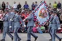 Návštěva kasáren Hradní stráže a ceremoniál v Den ozbrojených sil.