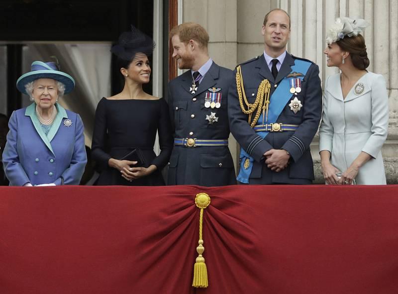Britská královská rodina na snímku z 10. července 2018, zleva královna Alžběta II., vévodkyně Meghan, princ Harry, princ Willam a vévodkyně Kate.