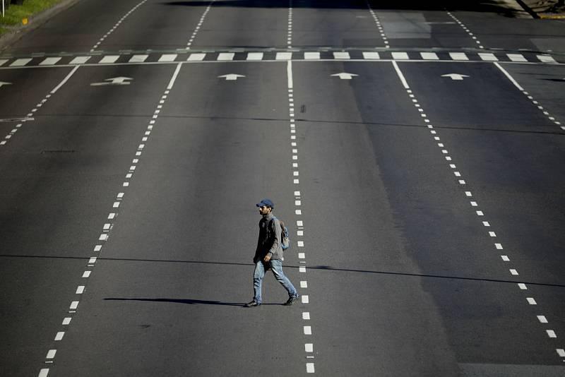 Přecházet ulice v agrentinské metropoli Buenos Aires by obyčejně bylo hazardováním se životem. V současné době zde ale na řidiče narazíte jen výjimečně.