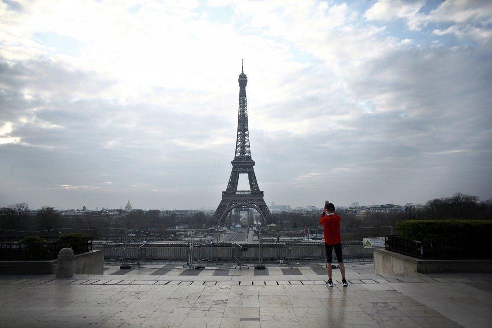 Navštívit pařížskou Eiffelovu věž bez všudypřítomných turistů? Za běžných okolností je to snem každého, kdo se do města lásky vydá. V době koronaviru však pohled na osamělou dominantu působí depresivně.
