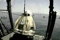 Modul americké vesmírné lodi Crew Dragon se dvěma astronauty během nakládání na palubu záchranářského plavidla v Mexickém zálivu, 2. srpna 2020.<