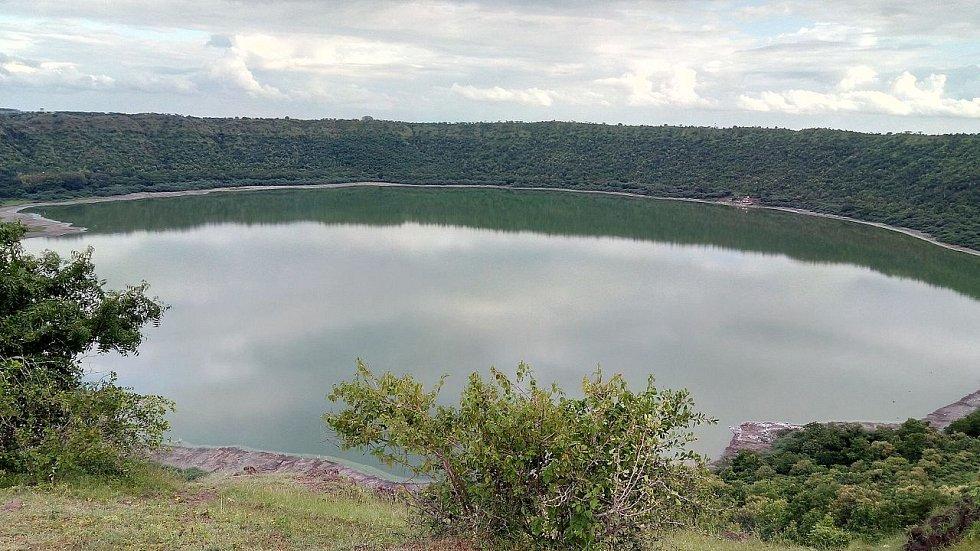 Indické jezero Lonar v kráteru po dopadu meteoritu