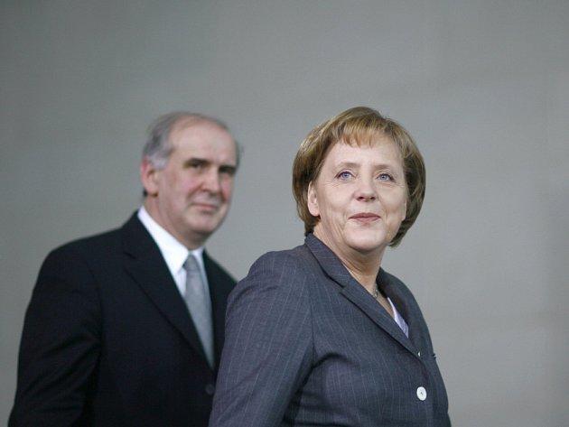 Kancléřka Merkelová se do lichtenštejnského premiéra Haslera na tiskové konferenci dost opřela.