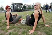 Pouhých pár stovek návštěvníků bloumajících v areálu Festivalparku, šest stanů ve stanovém městečku a desítka stánků v okolí. To je obrázek Happy Days festu, který měl předčít všechny open air akce dosud uskutečněné v České republice.