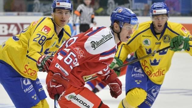 Lukáš Radil (v červeném) při úvodním utkání Karjaly se Švédskem.