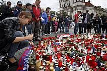 Lidé na Staroměstském náměstí uctívají památku třech hokejových reprezentantů, kteří zahynuli při leteckém neštěstí v Rusku