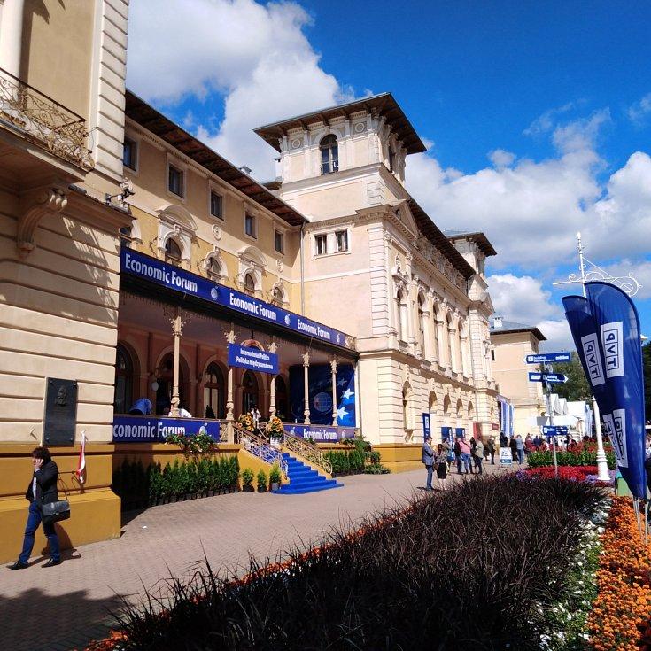 Polské Karlovy Vary. Do desetitisícových polských lázní Krynice se už tři desítky let každé září sjedou hosté Ekonomického fóra. Letos jich bylo přes čtyři tisíce.