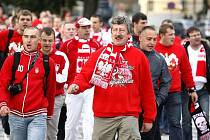 Stovky polských fotbalových fanoušků, které se sešly 10. října na Staroměstském náměstí, se za doprovodu policejních těžkooděnců přesunuly na letenský stadion na utkání Česko – Polsko.
