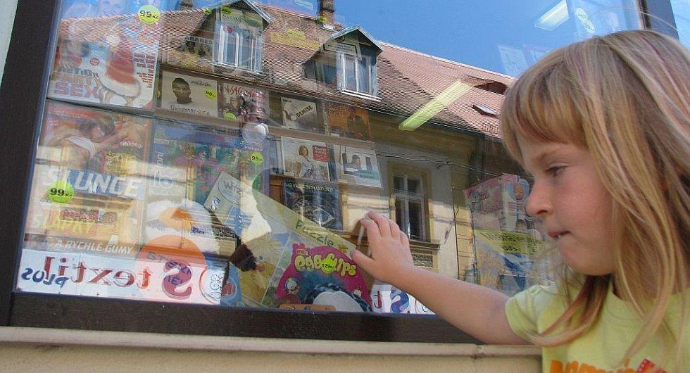 Česká Lípa: Pornofilmy vystavují bez problémů mezi dětskými pohádkami či dokonce mezi hračkami.