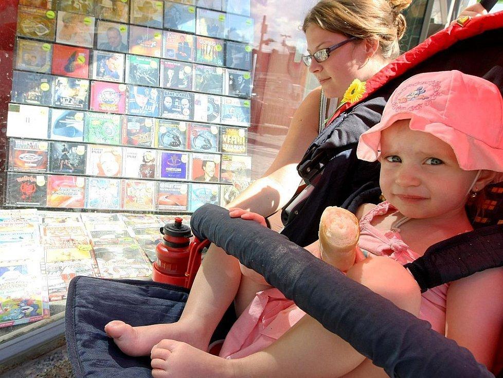 Ve výkladní skříni jedné liberecké prodejny zvukových a obrazových nosičů lze vedle DVD s pohádkami pro děti vidět i více či méně lechtivou nabídku