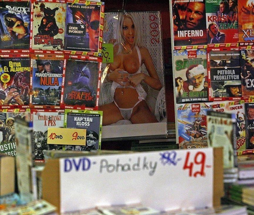 Stánek s knihami, pohádkami, filmy a erotickými kalendáři 27.července na stanici metra I.P Pavlova