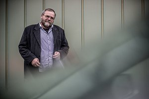 Farář Josef Suchár při fotografování pro Deník 27. října v Praze.