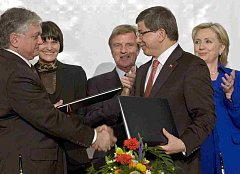 Ministr zahraničí Arménie Edouard Nalbandian a turecký ministr zahraničí Minister Ahmet Davutoglu po podpisu smlouvy v Curychu.