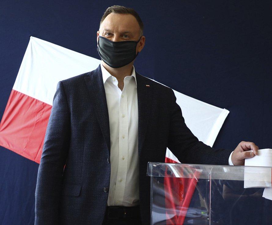 Současný polský prezident Andrzej Duda hlasuje v prezidentských volbách.